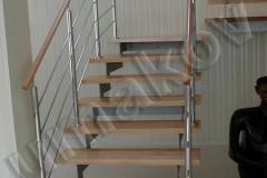 07 Interiérové schodisko s drevenými stupnicami