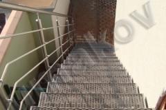16 Exteriérové schodisko s nerezovým zábradlím