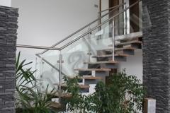 76 schodisko so sklenenym zabradlim