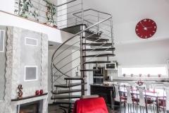 Točité schodisko s nerezovým zábradlím