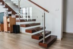 Votknuté schodisko so skleneným zábradlím
